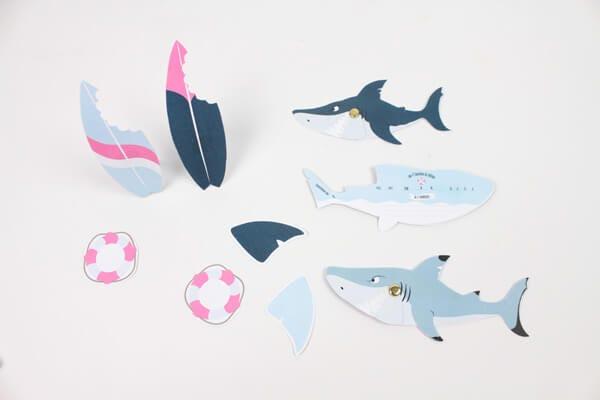 Réalisez ces invitations requins pour une fête originale