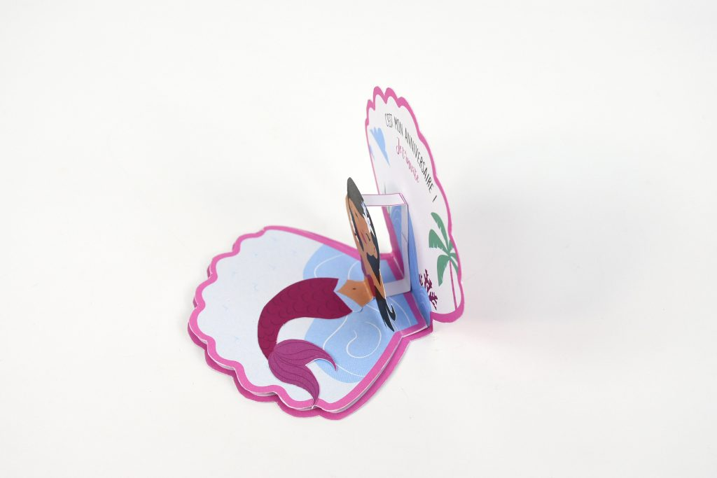 Comment organiser un anniversaire sur le thème sirène ? Apprenez à réaliser des invitations sirène pour l'anniversaire de vos enfants très facilement !