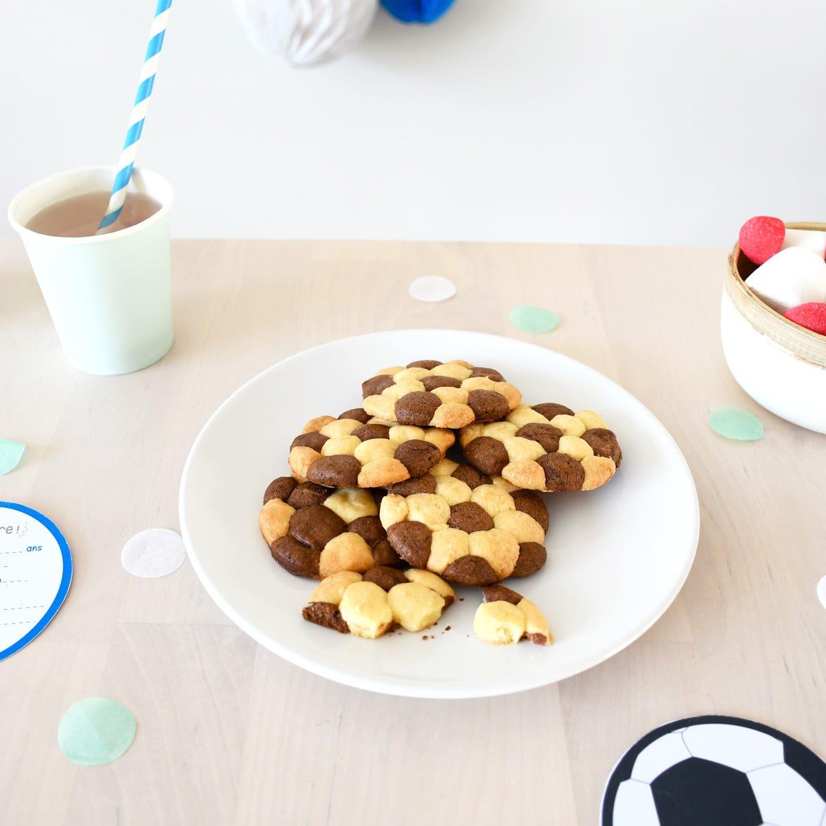 Réalisez facilement des biscuits en forme de ballon de football pour vos petits sportifs !
