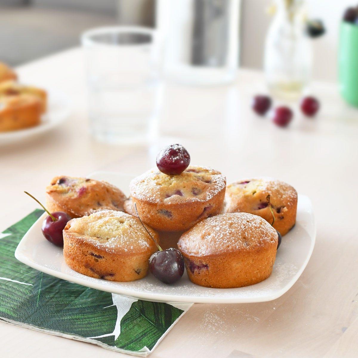 De délicieux muffins aux cerises pour le goûter des enfants ! Très simples à préparer avec les fruits d'été !