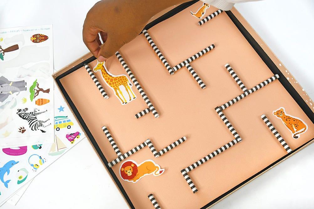 Les indémodables jeux de billes font leur grand retour ! Réalisez un super labyrinthe de billes facilement pour vos enfants avec des matériaux de récupération !