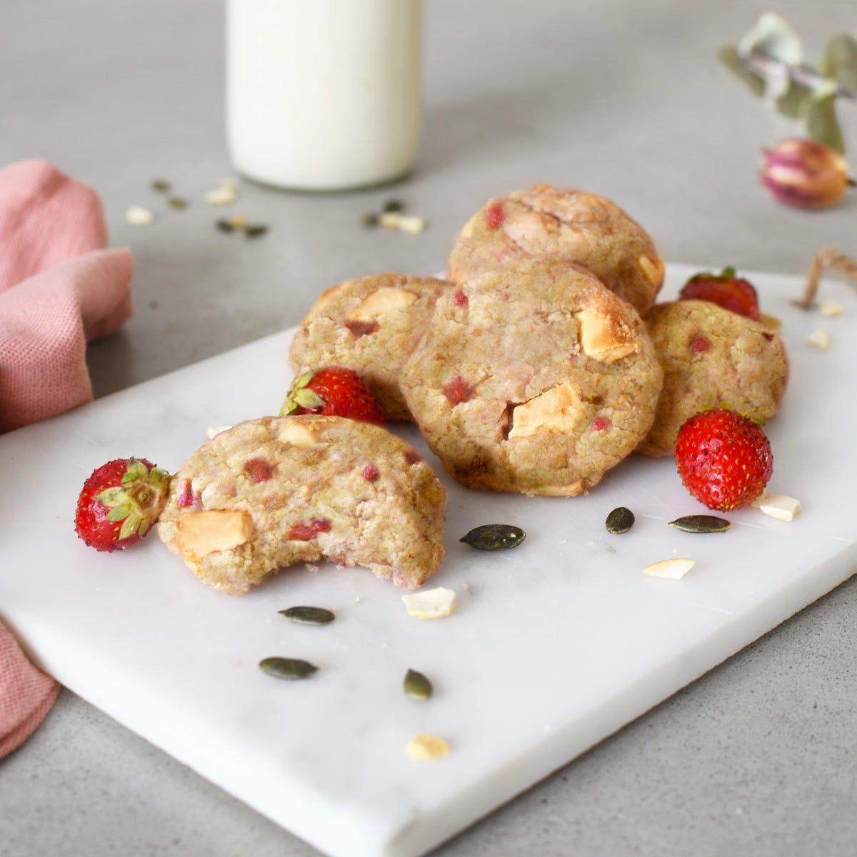 Cette semaine, on laisse les cookies au chocolat noir au placard et on prépare rapidement des cookies aux fraises et chocolat blanc avec les enfants pour le goûter !