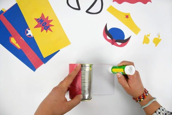 Pour décorer votre bureau, réalisez rapidement des pots à crayons aux imprimés Super-Héros à partir de boîtes de conserves !