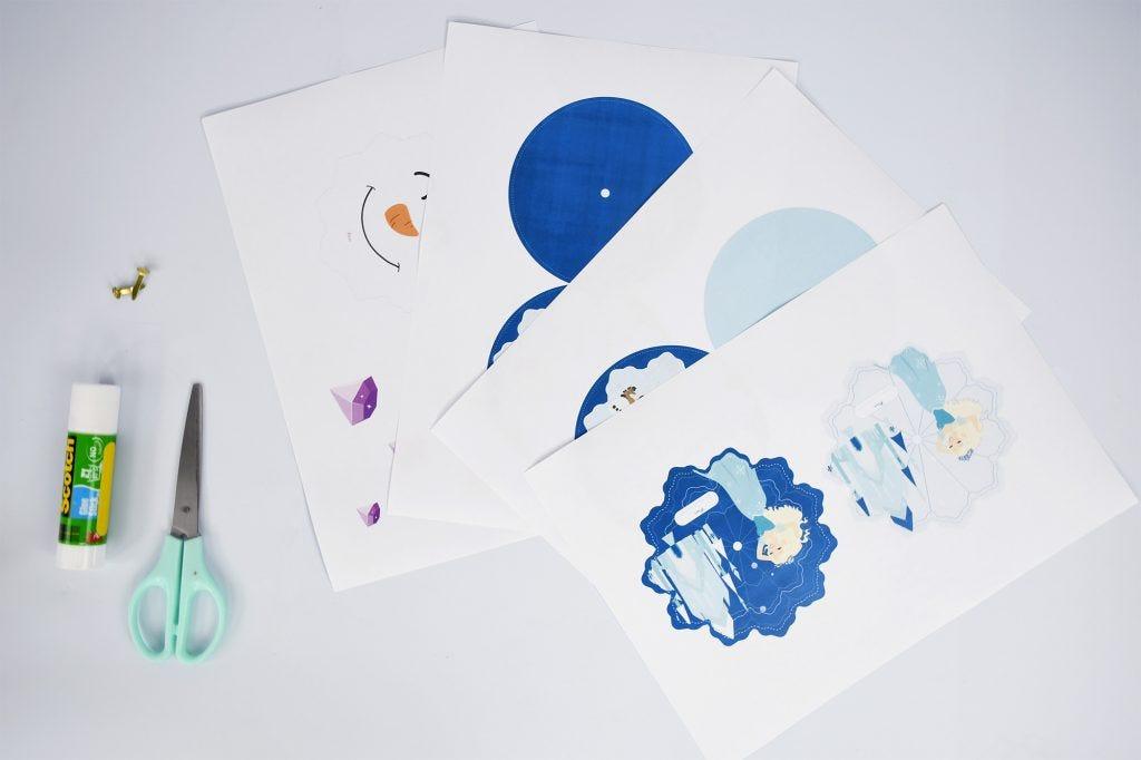 Vos enfants n'ont plus qu'Elsa et Olaf en tête après avoir vu La Reine des Neiges 2® ? Découvrez comment réaliser des invitations magiques inspirées de la Reine des Neiges® pour leur anniversaire ! Découvrez tous nos ateliers sur le blog.
