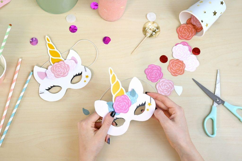 Réalisez facilement un joli masque licorne qui fera fureur pour le carnaval !