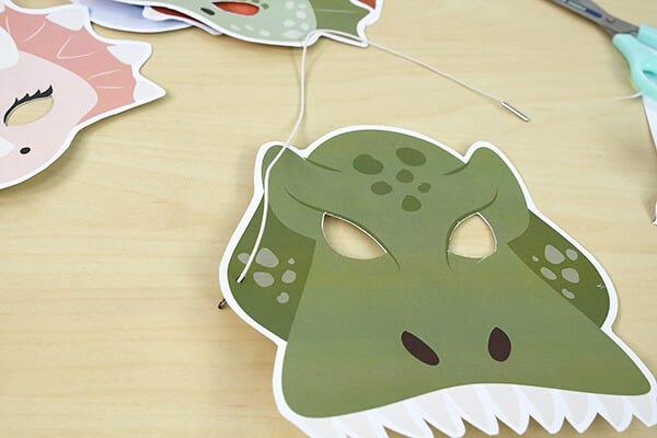 Réalisez simplement ce masque dinosaure avec notre tuto pas à pas pour épater tout le monde au carnaval.