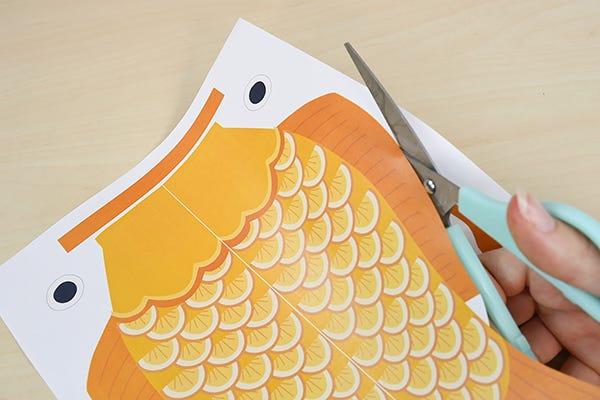 Pour décorer une chambre d'enfant ou un coin du salon, fabriquez de beaux poissons Koinobori colorés, à accrocher en guirlande pour célébrer le printemps.