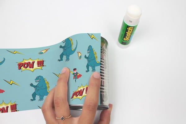 Recyclez vos conserves et créez des pots à crayons comics pour organiser le bureau de vos enfants !